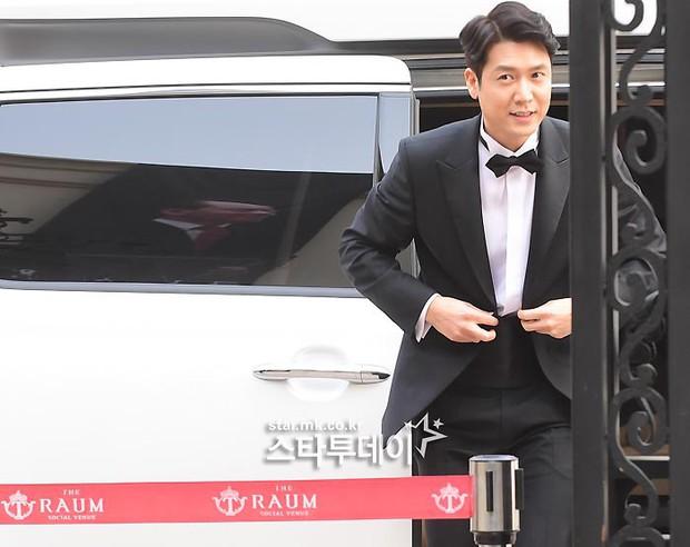 Hôn lễ tài tử phim Yongpal: Chú rể đẹp trai quá mức quy định, tình cũ màn ảnh Han Chae Young lộ chân gầy như sắp gãy - Ảnh 1.