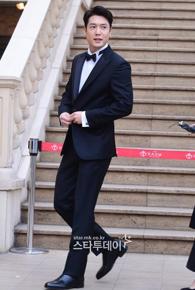 Hôn lễ tài tử phim Yongpal: Chú rể đẹp trai quá mức quy định, tình cũ màn ảnh Han Chae Young lộ chân gầy như sắp gãy - Ảnh 2.