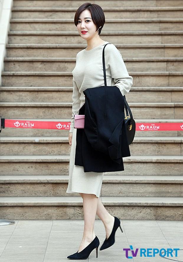 Hôn lễ tài tử phim Yongpal: Chú rể đẹp trai quá mức quy định, tình cũ màn ảnh Han Chae Young lộ chân gầy như sắp gãy - Ảnh 17.