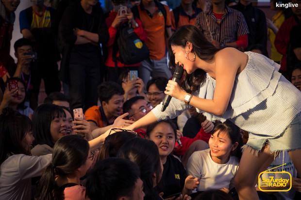 School Tour: Văn Mai Hương lần đầu hé lộ một đoạn ca khúc mới có tựa đề lạ tai - Ảnh 7.