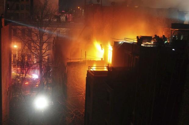Nhân viên cứu hoả thiệt mạng trong vụ cháy phim trường tại New York - Ảnh 1.