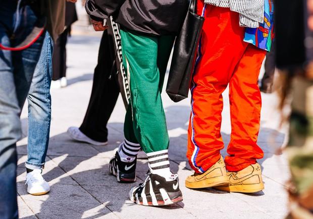 Giới trẻ Hàn Quốc luôn mặc đẹp nhưng chỉ tại Seoul Fashion Week, người ta mới có thể bắt gặp nhiều anh tài street style hội tụ đến thế - Ảnh 13.