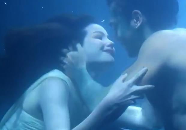 Trai đẹp 6 múi của The Face Thái đuối sức vì phải... hôn dưới nước quá nhiều? - Ảnh 2.