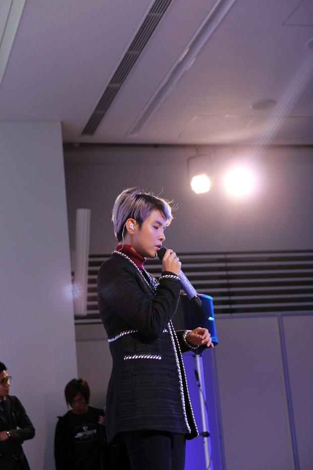 Vũ Cát Tường hạnh phúc khi được fan Nhật mang lightstick cổ vũ hết mình trong đêm nhạc riêng - Ảnh 1.