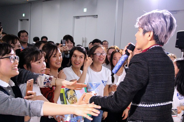 Vũ Cát Tường hạnh phúc khi được fan Nhật mang lightstick cổ vũ hết mình trong đêm nhạc riêng - Ảnh 4.