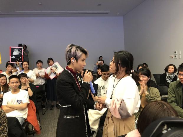 Vũ Cát Tường hạnh phúc khi được fan Nhật mang lightstick cổ vũ hết mình trong đêm nhạc riêng - Ảnh 5.