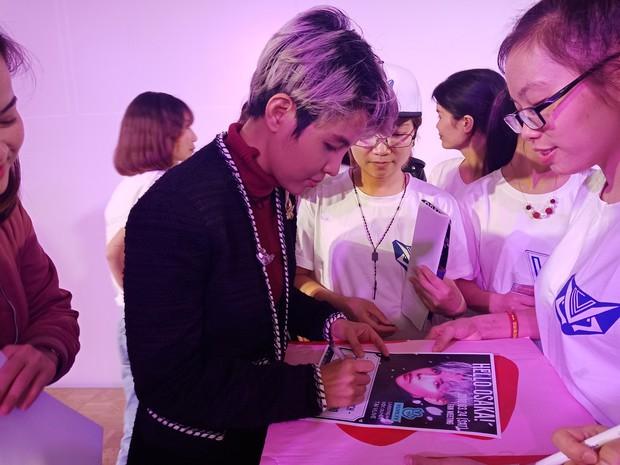Vũ Cát Tường hạnh phúc khi được fan Nhật mang lightstick cổ vũ hết mình trong đêm nhạc riêng - Ảnh 8.