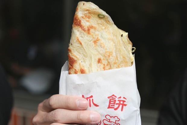 Tiệm bánh pancake cực nổi tiếng ở Đài Loan phải xếp hàng dài chờ mua - Ảnh 5.