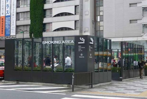 Khó tìm được nơi nào nuông chiều người hút thuốc lá như Nhật Bản - Ảnh 1.