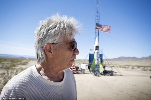 Tin rằng trái đất hình phẳng, người đàn ông 61 tuổi tự bắn mình lên không trung bằng tên lửa tự chế để kiểm nghiệm - Ảnh 6.
