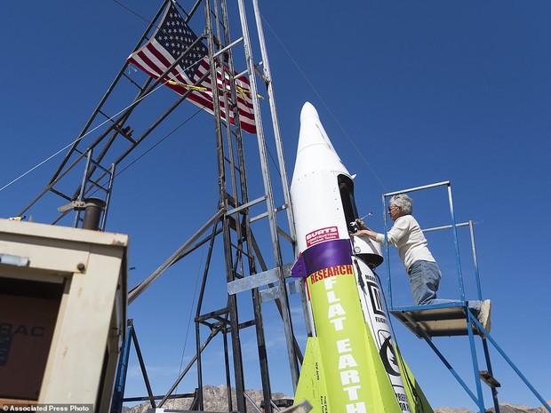Tin rằng trái đất hình phẳng, người đàn ông 61 tuổi tự bắn mình lên không trung bằng tên lửa tự chế để kiểm nghiệm - Ảnh 3.