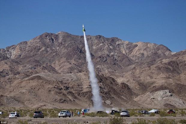Tin rằng trái đất hình phẳng, người đàn ông 61 tuổi tự bắn mình lên không trung bằng tên lửa tự chế để kiểm nghiệm - Ảnh 1.