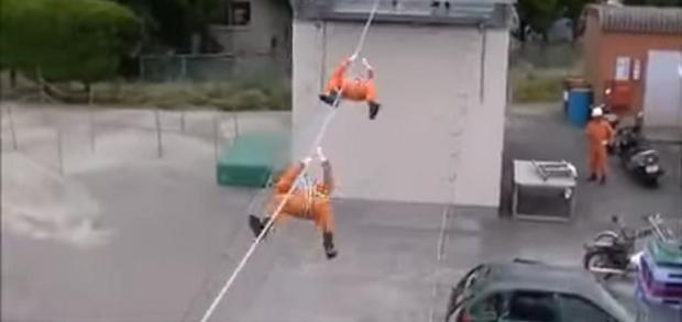 Lính cứu hoả Nhật Bản: Trèo tường nhanh như ninja, đu dây giỏi ngang người nhện - Ảnh 1.