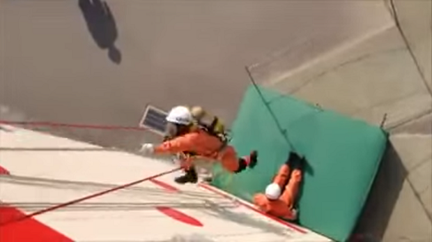 Lính cứu hoả Nhật Bản: Trèo tường nhanh như ninja, đu dây giỏi ngang người nhện - Ảnh 2.
