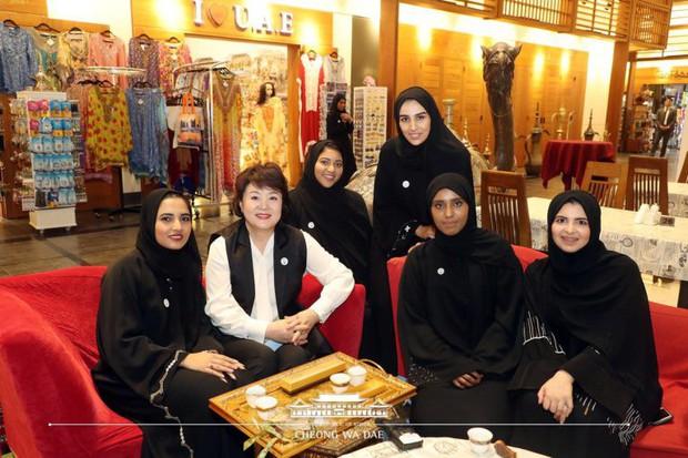 Phu nhân Tổng thống Hàn tặng sinh viên Các Tiểu vương quốc Ả Rập Thống nhất CD có chữ kí BTS - Ảnh 1.