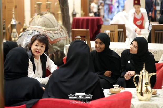 Phu nhân Tổng thống Hàn tặng sinh viên Các Tiểu vương quốc Ả Rập Thống nhất CD có chữ kí BTS - Ảnh 2.