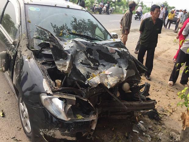 Nam Định: Xe con mất lái đâm vào máy trộn bê-tông bên đường rồi dừng lại dưới gốc cây - Ảnh 2.