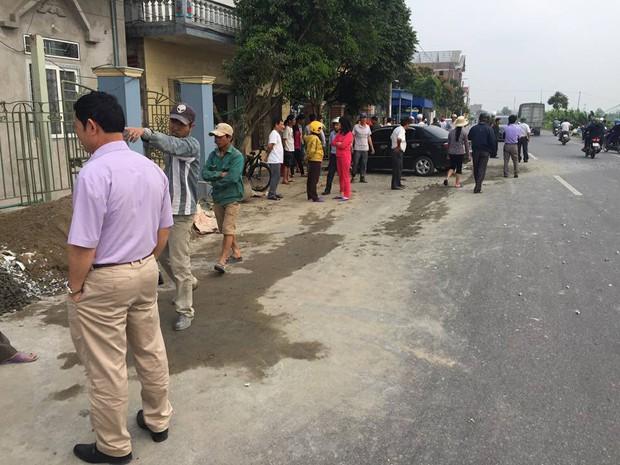 Nam Định: Xe con mất lái đâm vào máy trộn bê-tông bên đường rồi dừng lại dưới gốc cây - Ảnh 3.