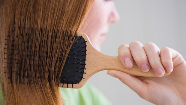 Người hay bị rụng tóc nên bổ sung loại chất dinh dưỡng nào để cải thiện vấn đề? - Ảnh 2.