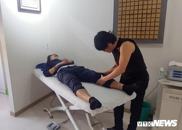 Bác sĩ Hàn Quốc khuyên mổ, Tuấn Anh quá ái ngại - Ảnh 1.