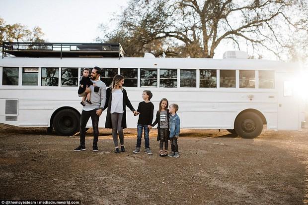 Cặp vợ chồng bỏ ra gần 1 tỷ đồng mua xe buýt cũ về tân trang, ai cũng choáng ngợp khi bước vào bên trong - Ảnh 1.