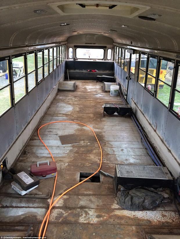 Cặp vợ chồng bỏ ra gần 1 tỷ đồng mua xe buýt cũ về tân trang, ai cũng choáng ngợp khi bước vào bên trong - Ảnh 4.