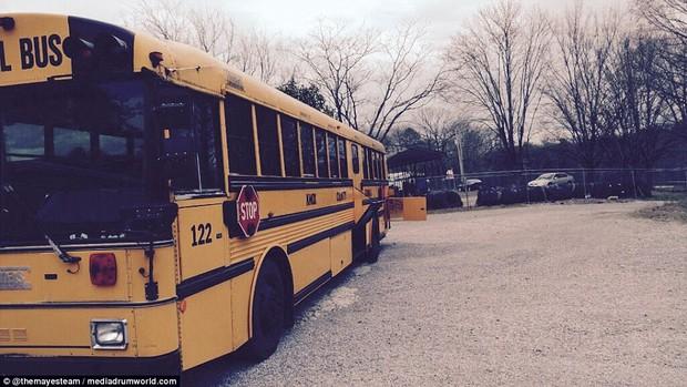 Cặp vợ chồng bỏ ra gần 1 tỷ đồng mua xe buýt cũ về tân trang, ai cũng choáng ngợp khi bước vào bên trong - Ảnh 2.