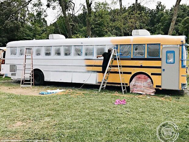 Cặp vợ chồng bỏ ra gần 1 tỷ đồng mua xe buýt cũ về tân trang, ai cũng choáng ngợp khi bước vào bên trong - Ảnh 3.