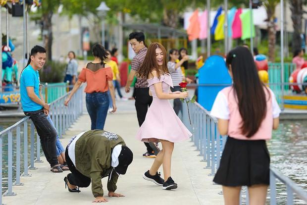 Clip: Hoài Lâm té sấp mặt giữa bãi biển khi làm... cô dâu - Ảnh 3.