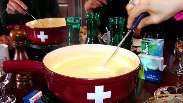 Đến với Thụy Sĩ không thể bỏ qua Fondue – món lẩu phô mai đầy hấp dẫn - Ảnh 1.