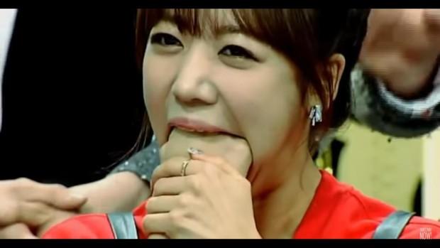 Những màn biểu diễn kỳ dị của sao Kpop trên truyền hình - Ảnh 6.
