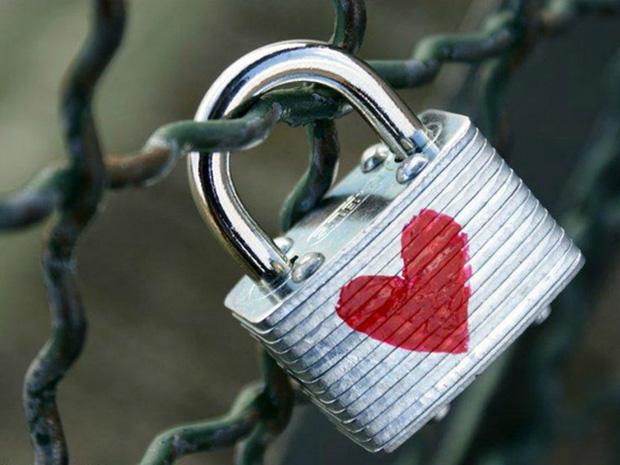 Sự thật đẫm nước mắt đằng sau những chiếc khóa tình yêu: Câu chuyện tình của chàng lính bị chiến tranh chia lìa - Ảnh 1.
