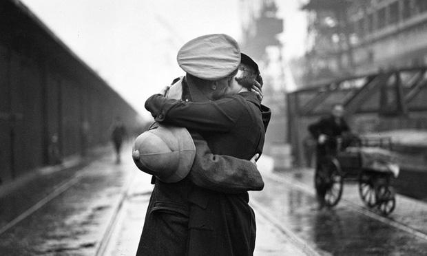 Sự thật đẫm nước mắt đằng sau những chiếc khóa tình yêu: Câu chuyện tình của chàng lính bị chiến tranh chia lìa - Ảnh 2.