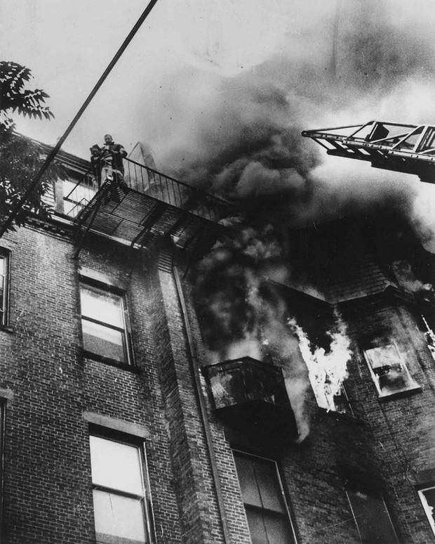 Tấm hình gây ám ảnh của hai mẹ con bị rơi trong vụ cháy nhà năm 1975 và sự thật khiến nhiều người đau lòng - Ảnh 1.
