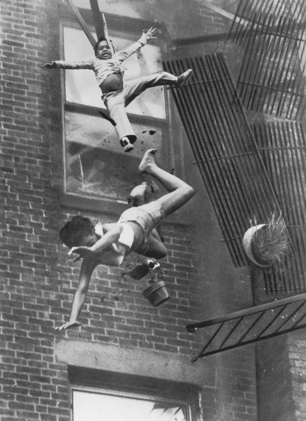 Tấm hình gây ám ảnh của hai mẹ con bị rơi trong vụ cháy nhà năm 1975 và sự thật khiến nhiều người đau lòng - Ảnh 2.