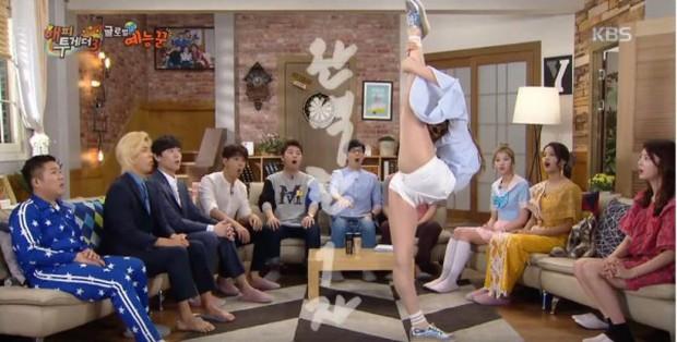 Những màn biểu diễn kỳ dị của sao Kpop trên truyền hình - Ảnh 13.