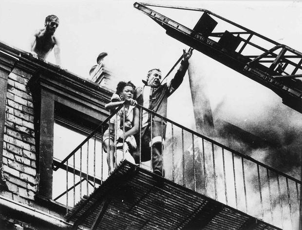 Tấm hình gây ám ảnh của hai mẹ con bị rơi trong vụ cháy nhà năm 1975 và sự thật khiến nhiều người đau lòng - Ảnh 3.