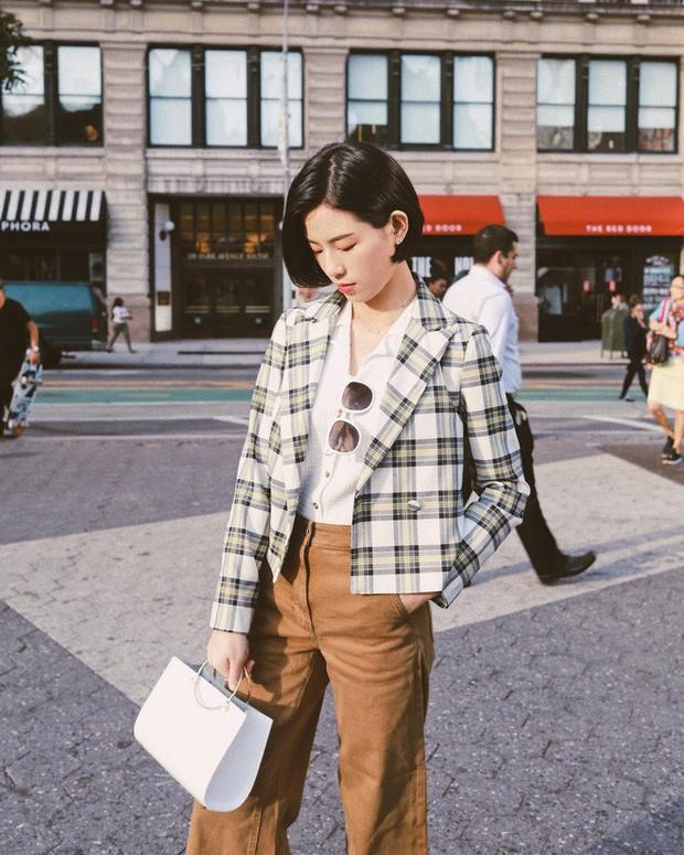 Sơmi cách điệu + quần jeans: quý cô châu Á đang khởi động mùa hè bằng combo điệu đà mà năng động này - Ảnh 4.
