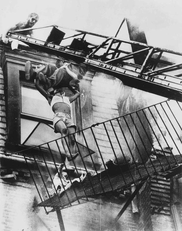 Tấm hình gây ám ảnh của hai mẹ con bị rơi trong vụ cháy nhà năm 1975 và sự thật khiến nhiều người đau lòng - Ảnh 4.