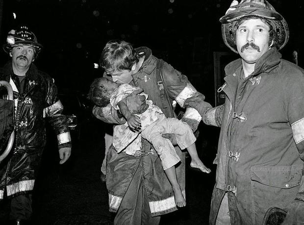 Tấm hình gây ám ảnh của hai mẹ con bị rơi trong vụ cháy nhà năm 1975 và sự thật khiến nhiều người đau lòng - Ảnh 6.