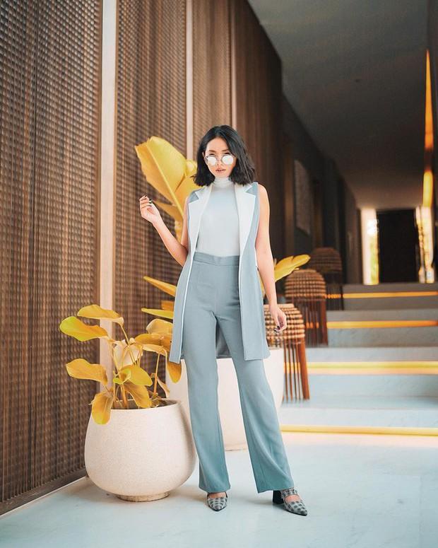 Sơmi cách điệu + quần jeans: quý cô châu Á đang khởi động mùa hè bằng combo điệu đà mà năng động này - Ảnh 10.