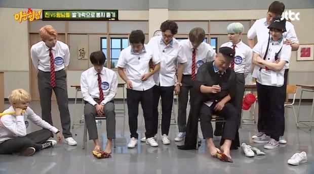 Những màn biểu diễn kỳ dị của sao Kpop trên truyền hình - Ảnh 9.