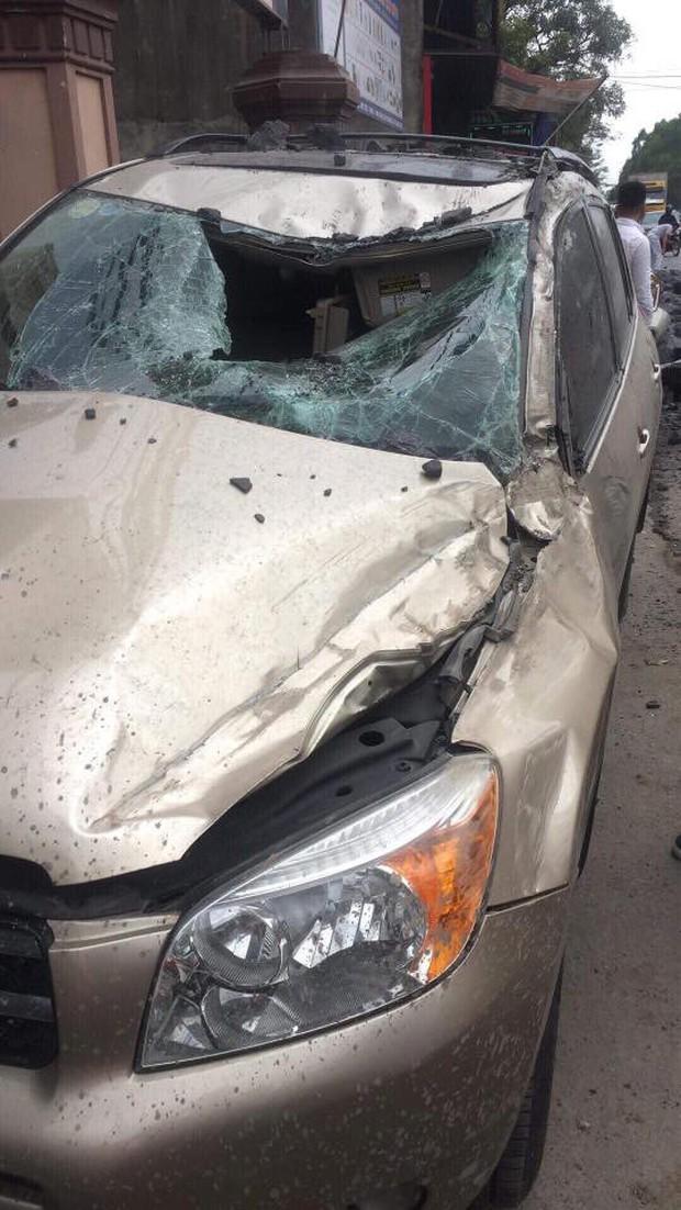 Đánh lái để tránh tông phải 2 cô gái bị ngã, xe tải chở đá đâm liên tiếp vào 2 ô tô rồi lật nghiêng xuống đường - Ảnh 3.