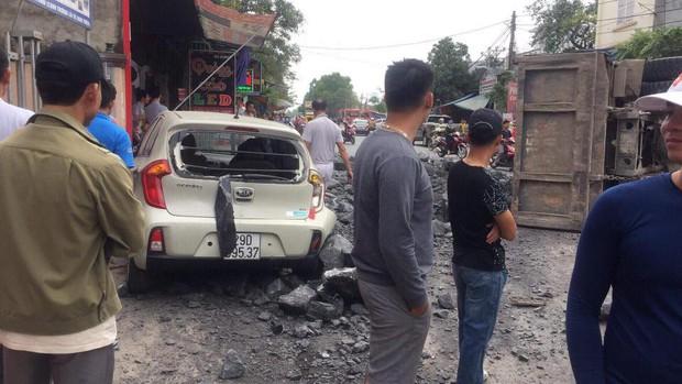 Đánh lái để tránh tông phải 2 cô gái bị ngã, xe tải chở đá đâm liên tiếp vào 2 ô tô rồi lật nghiêng xuống đường - Ảnh 2.