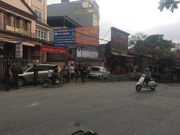 Đánh lái để tránh tông phải 2 cô gái bị ngã, xe tải chở đá đâm liên tiếp vào 2 ô tô rồi lật nghiêng xuống đường - Ảnh 5.