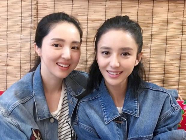 Cặp bạn thân Đồng Lệ Á - Đổng Tuyền: Từ ngoại hình đến cảnh bị chồng cắm sừng giống nhau đến 99% - Ảnh 1.