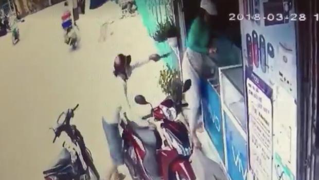 Clip gây hoang mang: Tên cướp táo tợn dí dao uy hiếp cô gái, cướp điện thoại giữa ban ngày ở Sài Gòn - Ảnh 3.