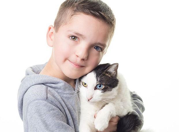 Cùng màu mắt, cùng bị tật ở miệng, số phận đã an bài cho cậu bé đáng thương và chú mèo hoang trở thành tri kỷ - Ảnh 4.