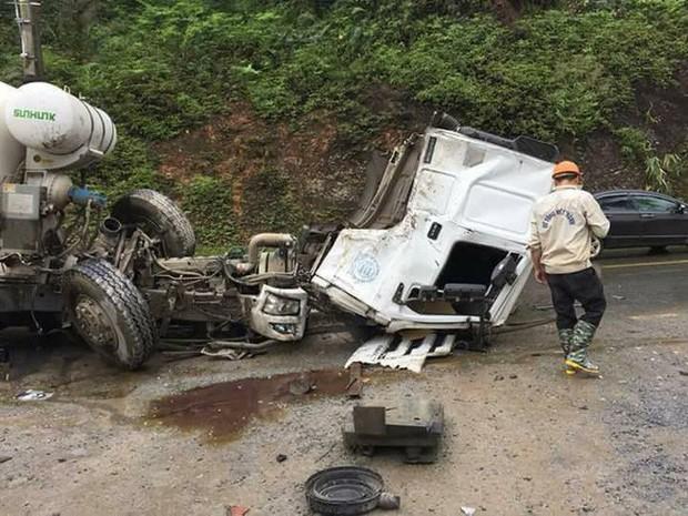 Clip: Xe bồn văng mất cabin sau cú va chạm cực mạnh với xe tải ở Hà Giang - Ảnh 2.
