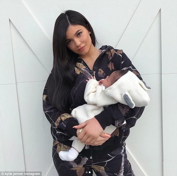 Để móng tay dài, Kylie Jenner bị chê là bà mẹ tồi vì không tự mình chăm sóc con - Ảnh 1.